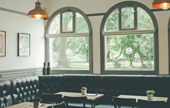 Los sillones son una solución elegante y que ahorra espacio, ideal para restaurantes, cafeterías y bares. La creación de áreas íntimas y acogedoras para que los clientes coman y beban proporciona un elemento de privacidad y permite un gran diseño en el interior de cualquier local. Ahorra espacio con los sillones para restaurantes Darse cuenta de todo el potencial del espacio en un local es importante para el diseño interior de un restaurante. Optimizar el espacio es clave para maximizar las ganancias en muchos lugares, por eso los sillones pueden ser una opción interesante para ahorrar espacio y aprovechar toda la zona, especialmente cuando las áreas son limitadas. Los sillones crean cabinas acogedoras e íntimas para que los comensales coman y beban, y proporciona un cierto grado de privacidad. Estos asientos, cuidadosamente diseñados y tapizados, crean un punto focal dentro del interior de cualquier bar o restaurante y pueden formar un diseño central alrededor del cual se pueden colocar estratégicamente otros muebles. Estética y diseño de sillones para restaurantes Una consideración clave en los diseños de interior para restaurantes es el uso de muebles con varios niveles diferentes para evitar la estética utilitaria de un interior de estilo comedor donde todos los muebles tienen la misma altura. Los sillones tipo banqueta te permiten un diseño con diferentes tipos de alturas. Crear un ambiente íntimo para que los clientes obtengan un elemento de privacidad es un factor importante para determinados estilos de restaurantes. Los asientos de banqueta con respaldo alto pueden proporcionar este nivel de intimidad de manera efectiva, especialmente en bares y restaurantes para que tus comensales puedan tener una cena o reunión privada. Cabinas con sillones para crear un tráfico fluido Los sillones también se pueden usar para indicar la dirección principal del tráfico a través del restaurante o bar, para permitir que el personal se mueva de manera eficiente y con una inter